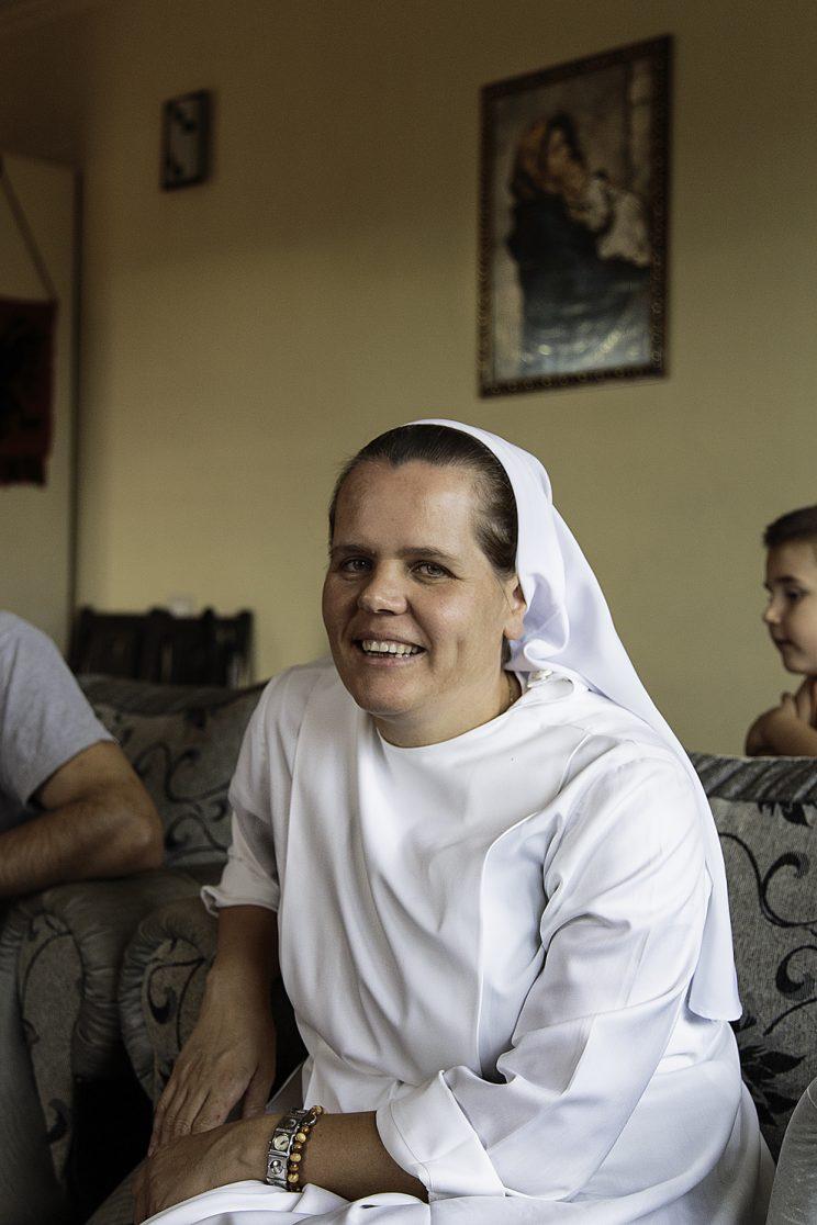 Moter Terezina Jaku - 36 anni - Periferia si Scutari - Albania. Suor Terezina e una delle due figlie suore di Vase, in più due cugine sorelle sono a loro volta suore. Una di loro sta in italia. La Famiglia Jaku è una famiglia molto religiosa e ha mantenuto la sua fede anche durante il comunismo, di nascosto.