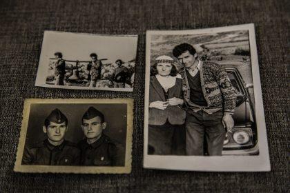 Ricordi della famiglia Jaku. Sulla destra Vase Jaku e sua mamma, in basso a sinistra Vase ed un amico durante l