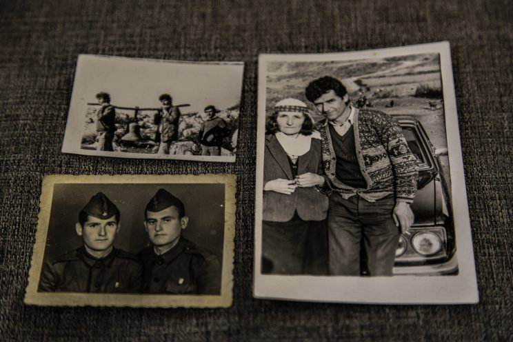 Ricordi della famiglia Jaku. Sulla destra Vase Jaku e sua mamma, in basso a sinistra Vase ed un amico durante l'arruolamento nell'esercito albanese a 19 anni per 2 anni, al di sopra una foto di tre albanesi che trasportano una campana per ricostruire una chiesa alla fine del periodo comunista.