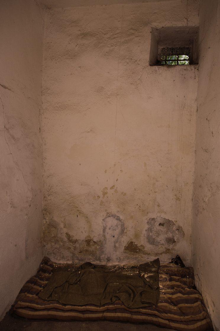 Prigione di Shkoder - Scutari - Albania. Altra cella con delle coperte e una piccola finestra.