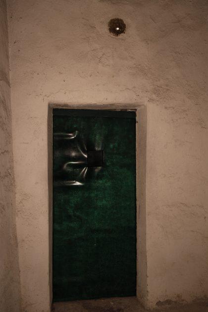 Prigione di Shkoder - Scutari - Albania. All'interno della cella si puo notare un piccolo buco al di sopra della porta per il passaggio dell'aria.