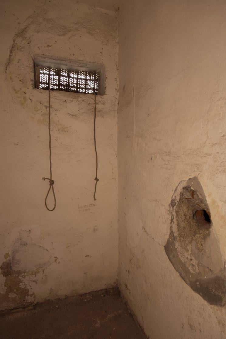 Prigione di Shkoder - Scutari - Albania. Una cella con corde per legare prigionieri all'inferriata della finestra.