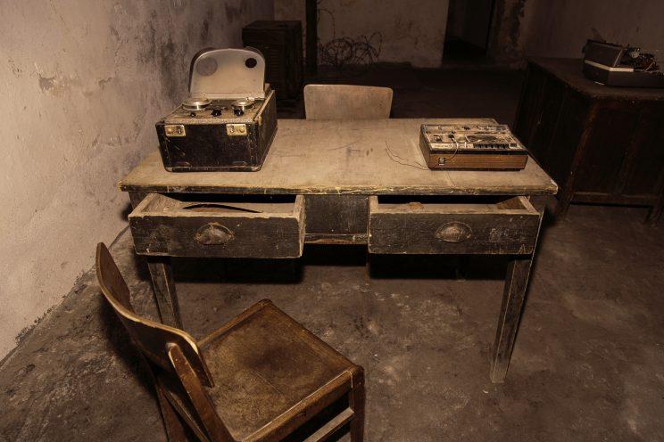Prigione di Shkoder - Scutari - Albania. Scrivania dove venivano registrati gli interrogatori. Sulla scrivania sono presenti registratori a nastro.
