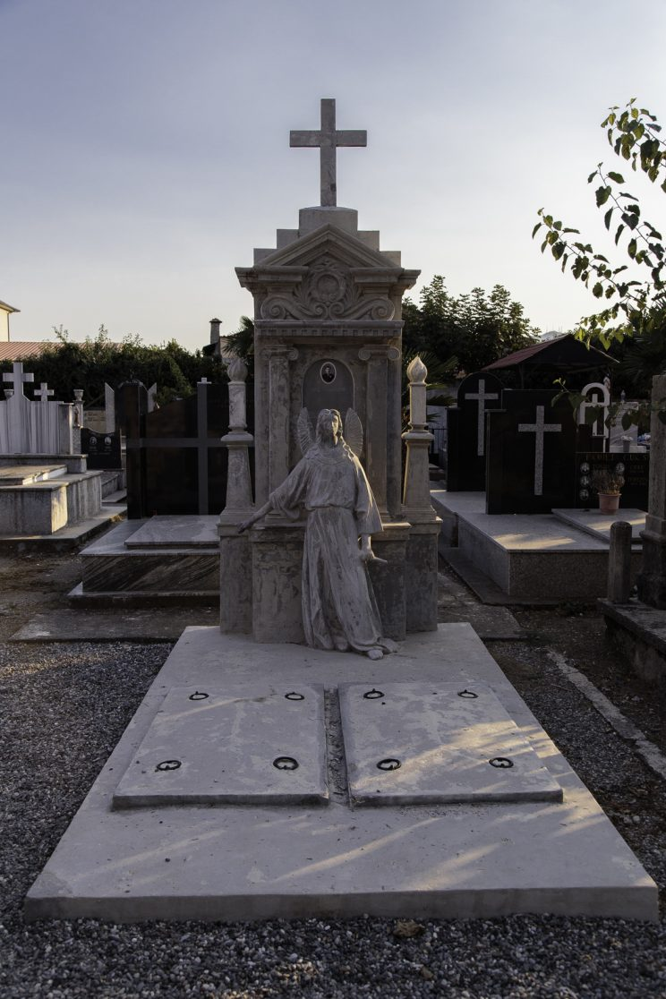 Tomba di Kole Idromenos - Cimitero di Scutari - Albania. Kole Idromenos fù un pittore e fotografo di architettura, nonchè pittore.
