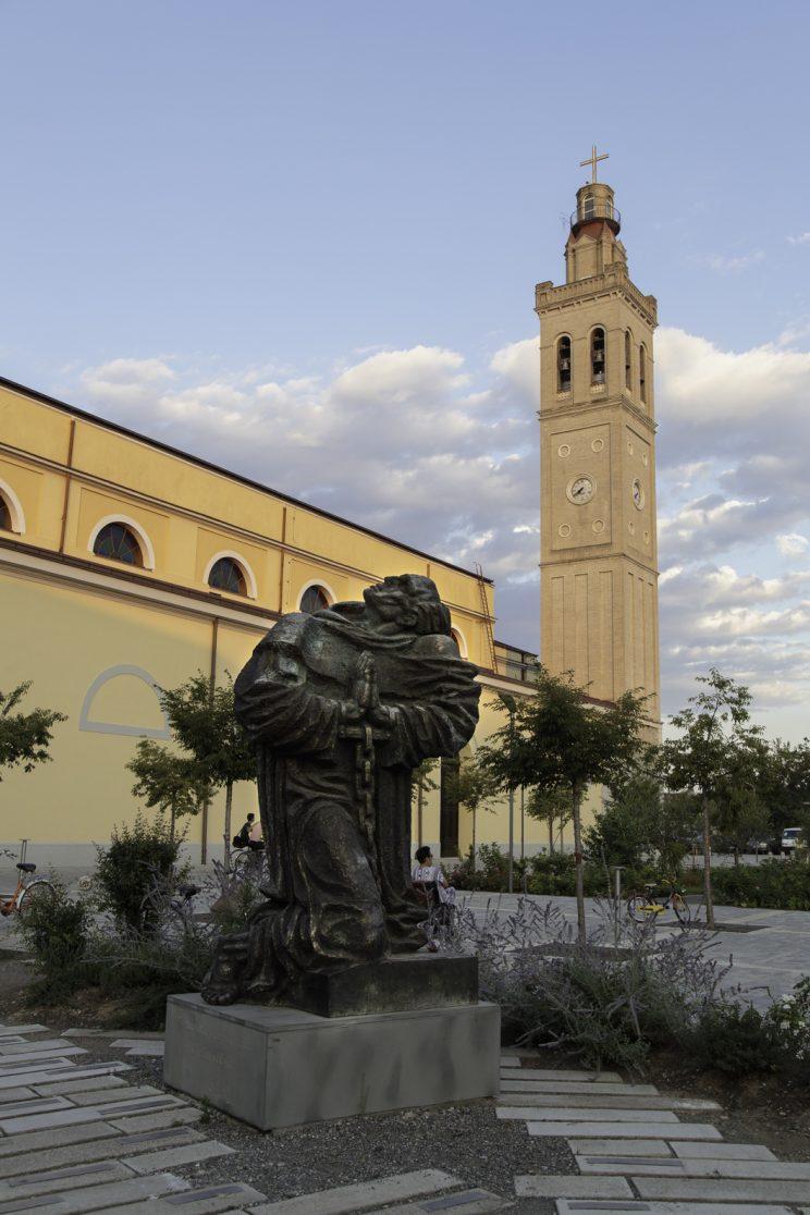 Cattedrale di Scutari - Albania. La torre della cattedrale con in primo piano il simbolo della persecuzione cattolica.