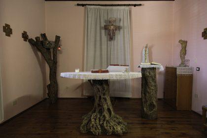 Piccola Cappella - Monastero dei Francescani OFM - Scutari - Albania. La Cappella è caratterizzata da due oggetti di nota. La parte media del tronco sulla destra e qualla alta sulla sinistra facevano parte dell