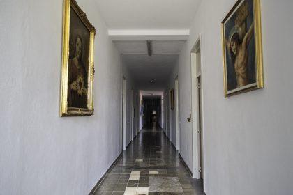 Corridoio Primo Piano - Convento dei Francescani OFM - Scutari - Albania. Il Convento nei primi anni del regime comunista di Hoxha fu trasformato in una prigione, questo corridoio ospitava diversi prigionieri che venivano torturati in svariati modi. Un esempio particolare è ciò che accade ad una donna, messa in punizione dove si puo notare una statuina azzurra sulla sinistra, doveva stare sulla punta dei piedi e il naso doveva toccare il muro. Il suo nome era Ana Daja che quel giorno disse alla donna delle pulizie di lasciargli quel pò d