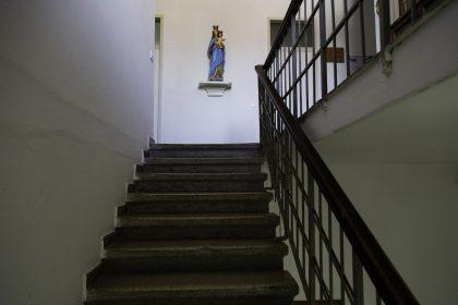 Scale del Convesto Francescano OFM - Scutari - Albania. La Scala e il passamano è dove spesso restavano legati prigionieri e sono entrambi non modificati.