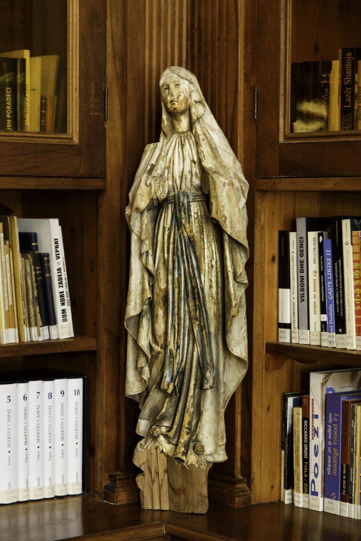 Biblioteca Francescana - Convento Francescano deil'Ordine dei Frati Minori - Scutari - Albania. Madonna senza braccia, sfigurata dai comunisti.