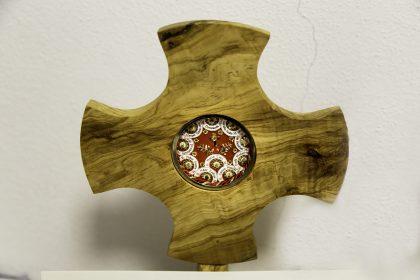 Ossa dei Martiri - Ufficio del Vice Postulatore Fra Vincenzo Focà - Scutari - Albania. Questa è una croce di legno fatta da Fra Vincenzo contenente dei frammenti delle ossa dei Martiri.