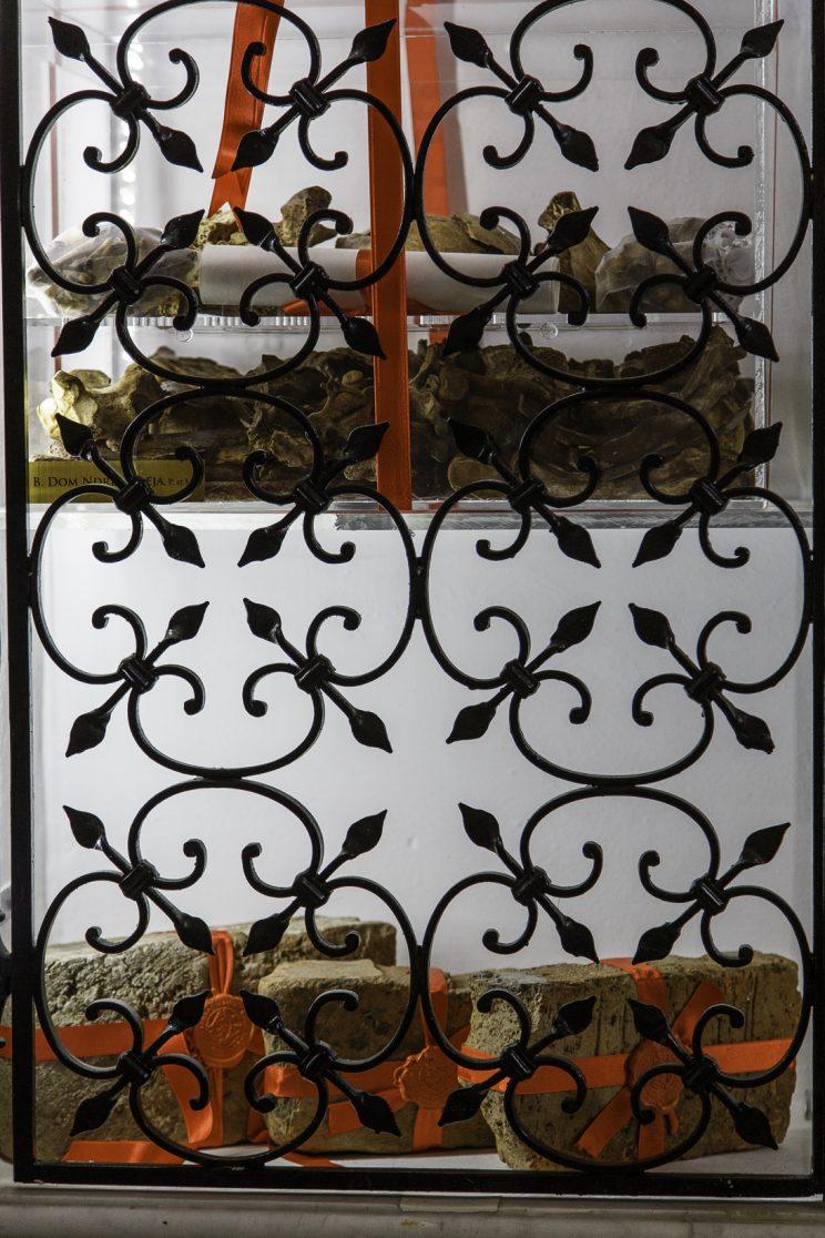 Cattedrale di Scutari - Albania. Sopra i resti di Dom Ndre Zadeja, secondo martire ad essere ucciso. Sotto, invece, ci sono dei mattoni appartenenti al muro del cimitero cattolico di Scutari dove venivano fucilati i prigionieri.