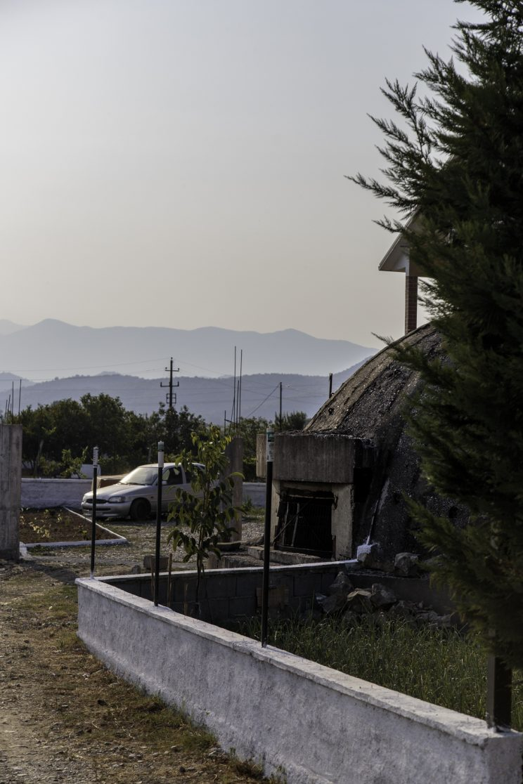 Bunker nei pressi di Scutari - Albania. Bunker di vario formato fatto costruire da Enver Hoxha in tutta l?albania. Molti sono stati distrutti con la dinamite per ricavarne il ferro, altri usati come deposito della popolazione. Questo è un bunker di medio formato e come si può osservare è utilizzato da questa famiglia albanese come deposito.