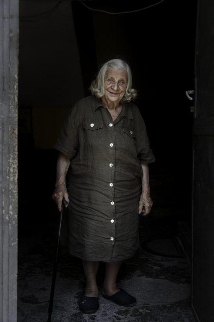 Roza Gjini - Nipote del Mons. Frano Gjini - Scutari - Albania. Roza Gjini, nata nel 1935, è la nipote del Mons. Frano Gjini, Martire e Beato. Roza da piccola, in estate, andava con la mamma ad Orosh (il padre non lo ha mai conosciuto) per incontrare lo zio Frano e sua nonna. Il viaggio dura ogni volta circa 2 giorni e Rosa a circa 6 anni viene legata con una corda sul cavallo durante il viaggio. Nel 1945 viene affidato allo zio, allora già Mons., il titolo di delegato apostolico in albania, rimasto vacante perché Mons. Nigris, italiano, non gli fu concesso il ritorno in Albania. Successivamente viene arrestato nel monastero francescano accusato di essere una spia del vaticano. Rosa ha 10 anni quando lo zio è detenuto nel convento/prigione francescano e gli è proibito vederlo. Un giorno sua mamma la porta al muro del convento alzandola con le braccia per cercare di fargli vedere lo zio, in alto vede lo zio alla finestra che la guarda e la saluta, quella sarà l'ultima volta che lo vedrà. Roza cresce con sua mamma e la nonna materna, mentre lo zio vive con sua sorella. Quando la mamma si è sposata lo zio era arcivescovo. A 15 anni fa la cassiera per cercare di aiutare la madre, vivono chiuse in casa per paura, ormai erano 'marchiate' a causa dello zio. All'età di 19 anni si trova in procinto di essere cacciata dal lavoro ma, con l'aiuto di un paio di persone e dato che quando lo zio è stato arrestato aveva solo 6 anni, mantiene il posto fino alla pensione. Vive ancora a Scutari nei pressi del convento Francescano.