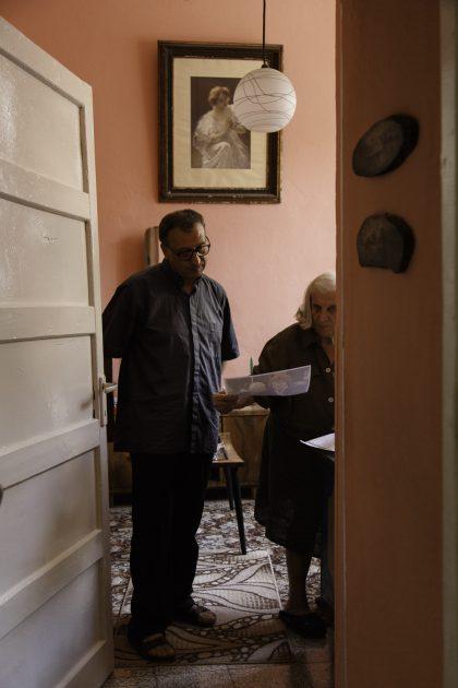 Roza Gjini - Nipote del Mons. Frano Gjini - Scutari - Albania. Roza Gjini con Fra Vincenzo Focà nella camera da letto che gli mostra delle foto.