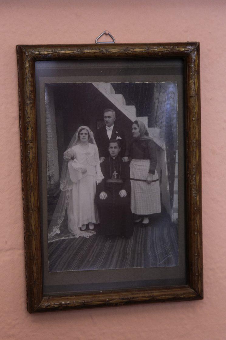 Roza Gjini - Nipote del Mons. Frano Gjini - Scutari - Albania. Foto di famiglia con il Mons. Frano Gjini.