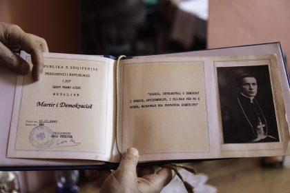 Roza Gjini - Nipote del Mons. Frano Gjini - Scutari - Albania. La medaglia data dal presidente della repubblica Sali Berisha a Roza per lo zio Martire nel 1993.
