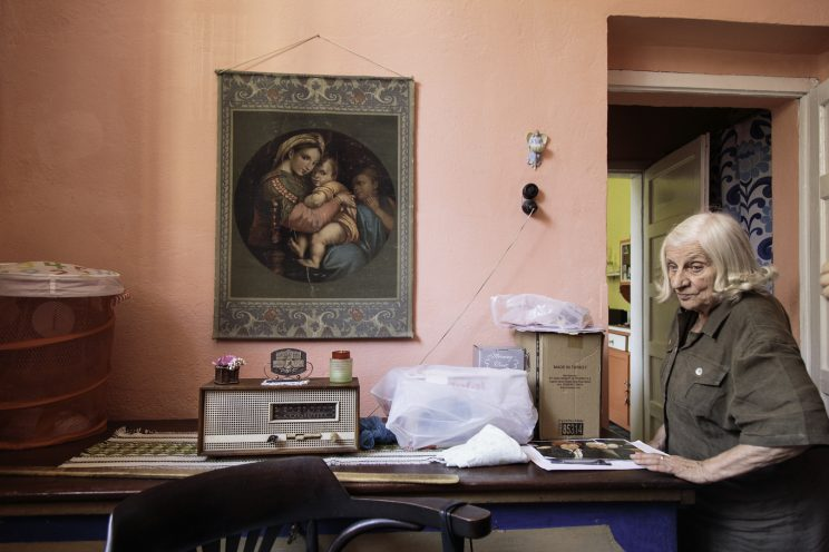 Roza Gjini - Nipote del Mons. Frano Gjini - Scutari - Albania. Roza all'ingresso della camera da letto.
