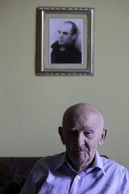 """Gjovalin Zezaj - Scutari - Albania. Gjovalin nasce nel 1928 a Scutari. All'età di 17 anni fa parte di un'associazione chiamata """"Unione Albanese"""" che ha lo scopo di opporsi al regime in modo pacifico e non violento. Gjovalin viene arrestato il 27 Novembre 1945 dopo la distribuzione di volantini informativi contro il regime. Viene torturato con un telefono a manovella, infilandogli i fili nelle orecchie attraversati dalla corrente, causa principale della sua sordità. Gjovalin non confesserà mai niente. Nel 1946 è la volta del processo, dove erano presenti Padre Fausti, Dajani, allora rettore del seminario di Scutari, Frate Shllaku e Mark çuni, seminarista fondatore dell'Unione Albanese. Nel processo viene condannato a 101 anni di prigione ma un'avvocato amico del fratello fece ridurre la pena a 30 anni. Successivamente viene trasferito in diversi campi di lavoro in condizioni disumane dove riesce a sopravvivere. Il 27 Novembre 1951 fu scarcerato dopo 6 anni grazie ad un'amnistia, inizia a fare il bracciante in una cooperativa agricola fino al nuovo arresto nel 25 Maggio del 1959, dove viene nuovamente torturato. Fu catturato per due false testimonianze. Dopo l'arresto gira di nuovo diversi campi di lavoro fino alla scarcerazione il 5 maggio 1964. Nel 1968 si sposa clandestinamente e per vivere fa il fabbro fino alla pensione. Oggi Gjovalin ha 92 anni e vive a Scutari con sua moglie."""