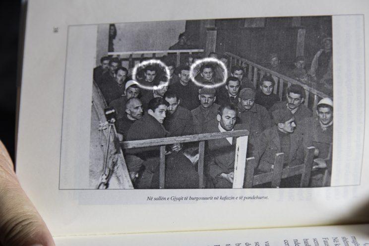 Gjovalin Zezaj - Scutari - Albania. I 39 processati nel 1946. Nel cerchio bianco è presente Gjovalin Zezaj (a destra) e Zef Mirdita (a sinistra).