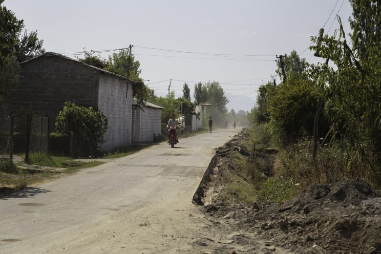 Barbullsh - Albania. La stradina che porta alla chiesa.
