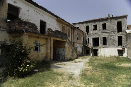 Cortile del Convento dei Francescani OFM - Scutari - Albania. A sinistra la scuola di musica classica e a destra il liceo Illirikum.