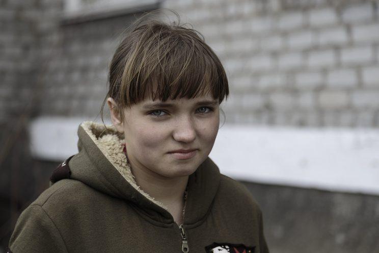 Marina - Spartak - Repubblica Popolare di Donetsk - 2018. Marina vive con la mamma Svetlana e il compagno Vladimir nel seminterrato che usano come rifugio.