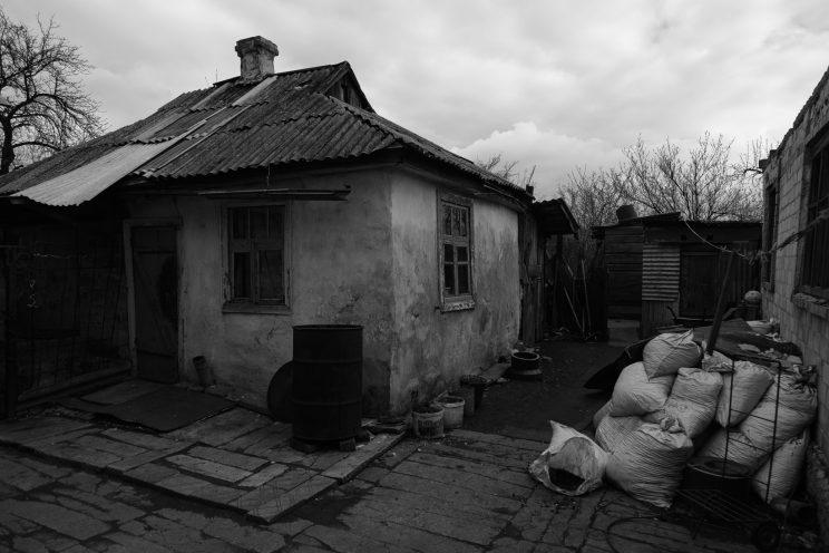 Spartak - Repubblica Popolare di Donetsk - 2018. L'ingresso dela casa di Marina e Svetlana, usata solo nei periodi estivi.