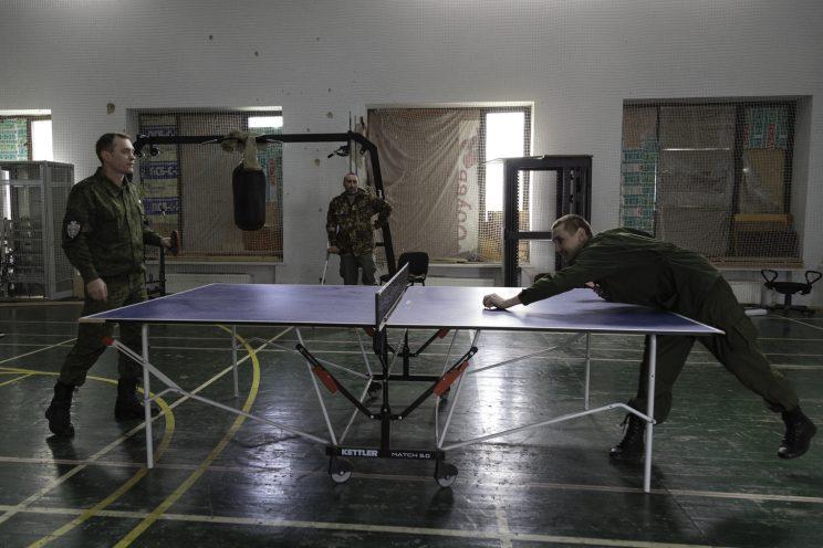Base Operativa del Battaglione Patriot - Donetsk - Repubblica Popolare di Donetsk - 2018. Il Tenente Semernin, Il Capitano Sergej e Alexandr giocano a ping pong.