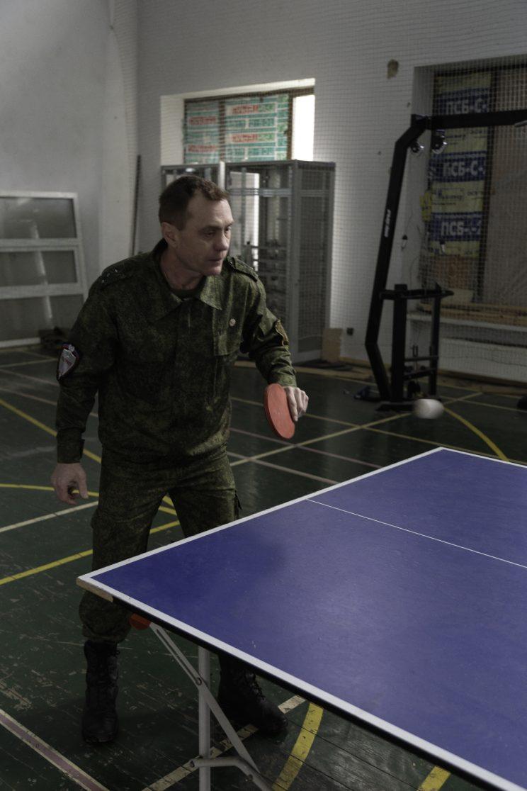 Base Operativa del Battaglione Patriot - Donetsk - Repubblica Popolare di Donetsk (Ex Ucraina - Donbass) - 2018. Il Tenente Semernin, Il Capitano Sergej e Alexandr giocano a ping pong.
