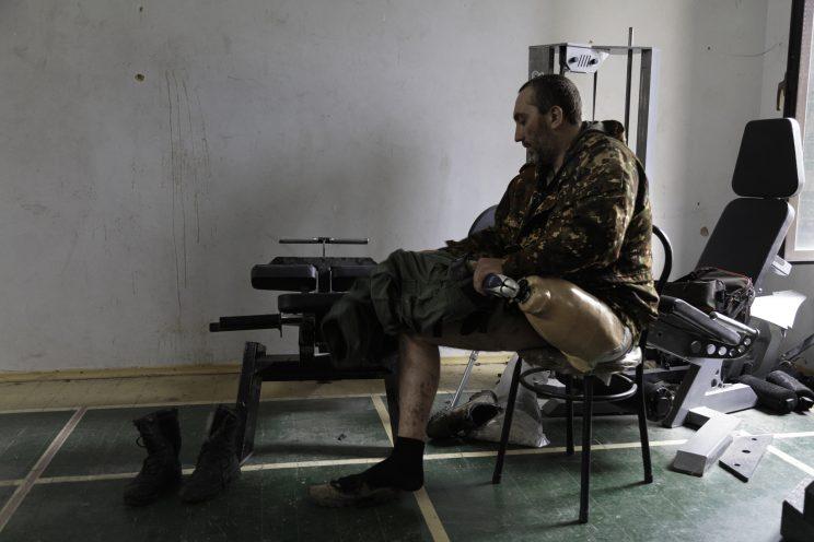 Base Operativa del Battaglione Patriot - Donetsk - Repubblica Popolare di Donetsk - 2018. Sergej si cambia i vestiti nella palestra.
