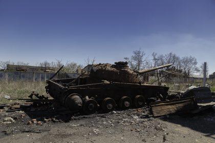 Kominternove - Repubblica Popolare di Donetsk (Ex Ucraina - Donbass) - 2018. Un carroarmato distrutto in prossimità dell'asilo.