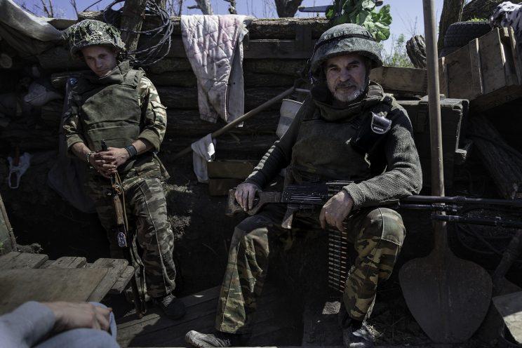 """La trincea di Kominternove - Repubblica Popolare di Donetsk - 2018.Il Sergente """"DED"""" (Nonno) con la sua Mitragliatrice Sovietica Kalashnikov, a sinistra il soldato semplice Andrej."""