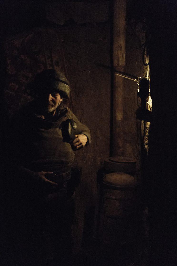 """La trincea di Kominternove - Repubblica Popolare di Donetsk - 2018. Il Sergente """"DED"""" (Nonno) nella stanza dove passa la notte."""