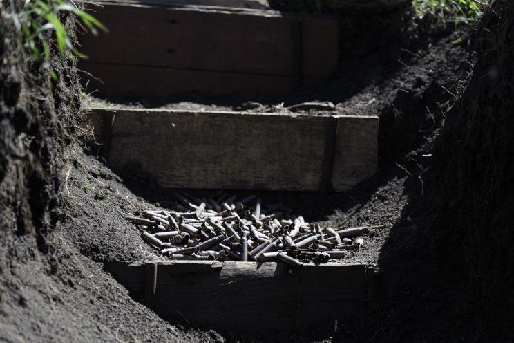 La trincea di Kominternove - Repubblica Popolare di Donetsk (Ex Ucraina - Donbass) - 2018. Bossoli di proiettile.