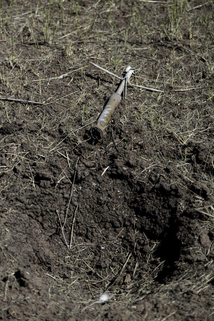 Kominternove - Repubblica Popolare di Donetsk - 2018. Un colpo di mortaio ed il cratere che ha causato.