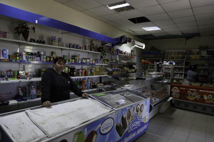 Vika e Marina - Kominternove - Repubblica Popolare di Donetsk - 2018. Vika ha ancora aperto il suo piccolo negozio di alimentari, mentre la sua caffetteria è stata distrutta dai bombardamenti.