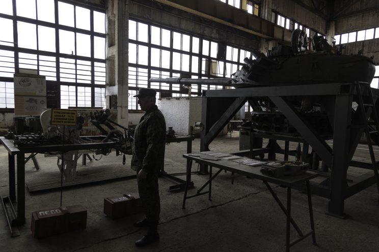 Base Riparazioni - Donetsk - Repubblica Popolare di Donetsk (Ex Ucraina - Donbass) - 2018. Nikolai ci mostra i componenti che muovono la parte superiore di un carroarmato.
