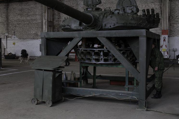 Base Riparazioni - Donetsk - Repubblica Popolare di Donetsk (Ex Ucraina - Donbass) - 2018. Nikolai ci mostra il funzionamento dei componenti su uno stand.