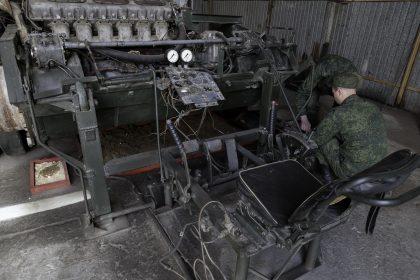 Base Riparazioni - Donetsk - Repubblica Popolare di Donetsk (Ex Ucraina - Donbass) - 2018. Il cambio di un veicolo corazzato.