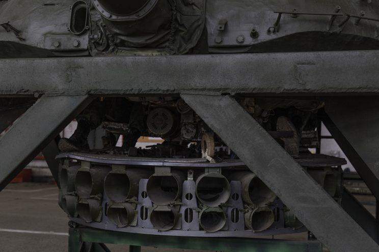 Base Riparazioni - Donetsk - Repubblica Popolare di Donetsk - 2018. Il motore che ruota la parte superiore di un carroarmato su uno stand.