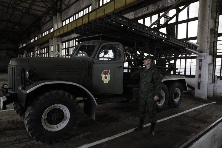 Base Riparazioni - Donetsk - Repubblica Popolare di Donetsk - 2018. Il Capitano Viktor accanto ad un camion restaurato..