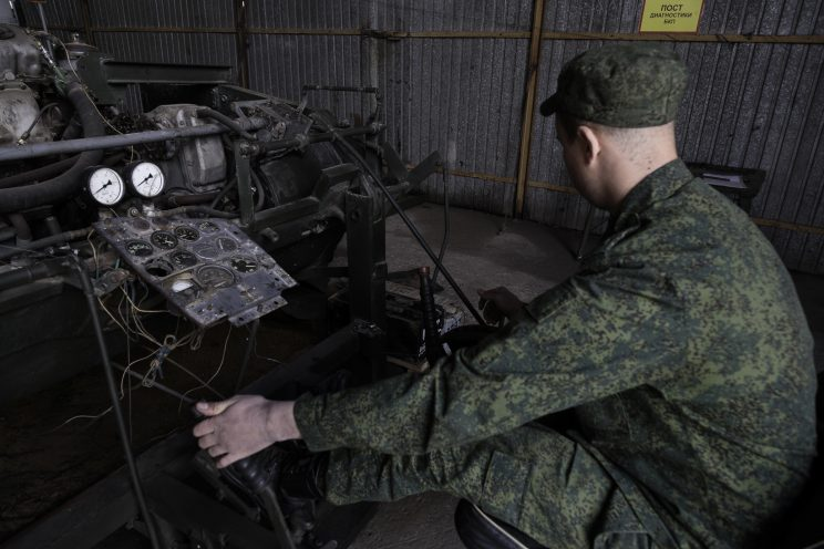 Base Riparazioni - Donetsk - Repubblica Popolare di Donetsk - 2018. Motore di un carroarmato aggiustato.