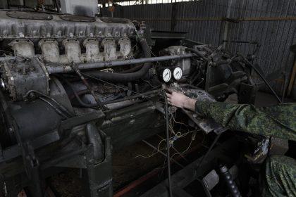 Base Riparazioni - Donetsk - Repubblica Popolare di Donetsk - 2018. Un motore di un veicolo corazzato.