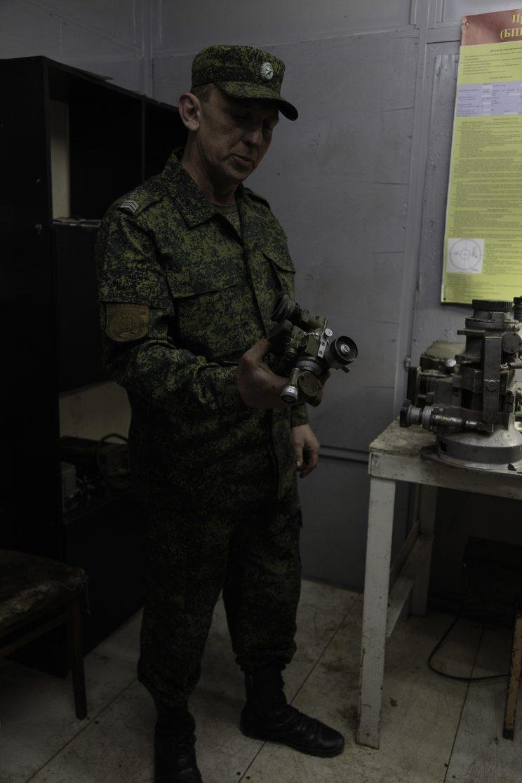 Base Riparazioni - Donetsk - Repubblica Popolare di Donetsk (Ex Ucraina - Donbass) -2018. Il sergente Nikolai ci mostra il suo piccolo ufficio dove aggiusta i componenti ottici dell