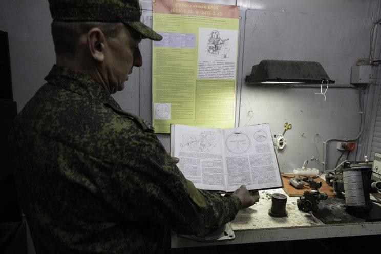 Base Riparazioni - Donetsk - Repubblica Popolare di Donetsk -2018. Il sergente Nikolai ci mostra il suo piccolo ufficio dove aggiusta i componenti ottici dell
