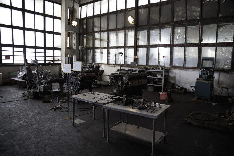 Base Riparazioni - Donetsk - Repubblica Popolare di Donetsk - 2018. Motori di veicoli di diversa grandezza.