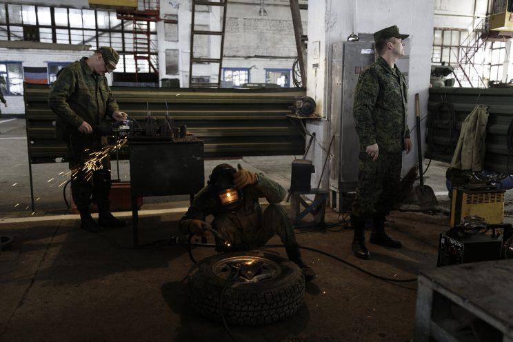 Base Riparazioni - Donetsk - Repubblica Popolare di Donetsk - Soldati che effettuano riparazioni.