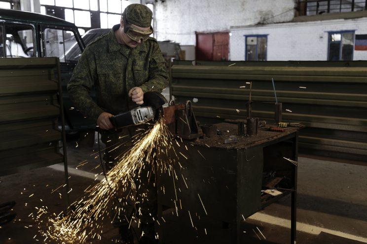 Base Riparazioni - Donetsk - Repubblica Popolare di Donetsk - Soldati che effettuano riparazioni..
