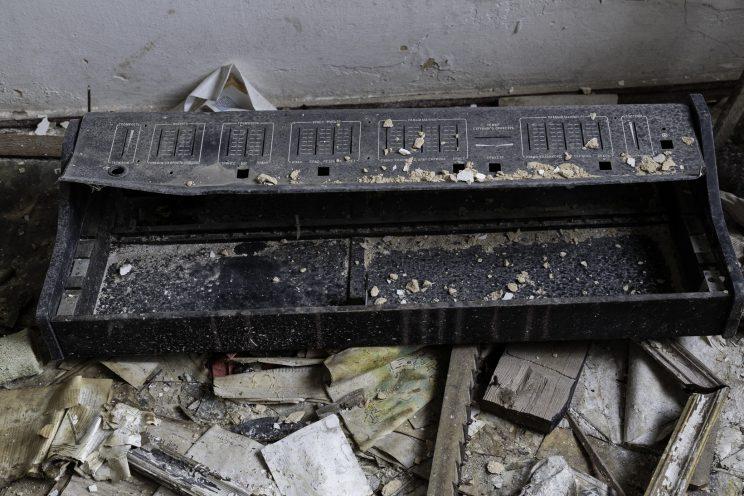L'Asilo di Stepanivka - Repubblica Popolare di Donetsk (Ex Ucraina - Donbass) - 2018. Una tastiera distrutta.
