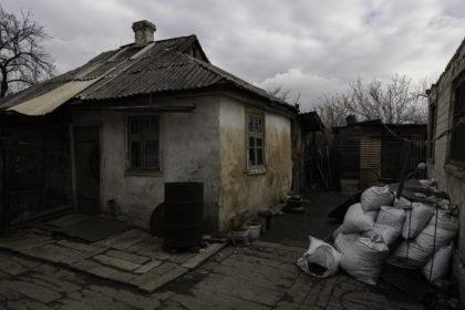 tsk - 2018. L'ingresso dela casa di Marina e Svetlana, usata solo nei periodi estivi.